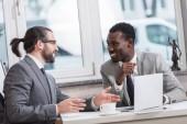 """Постер, картина, фотообои """"улыбаясь многонациональное предпринимателей, имеющих встречи в офисе"""""""