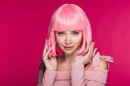 Foto de Hermoso modelo elegante posando en peluca rosa, aislado en rosa - Imagen libre de derechos