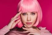 """Постер, картина, фотообои """"красивая модная девушка позирует в розовый парик, изолированные на розовый"""""""