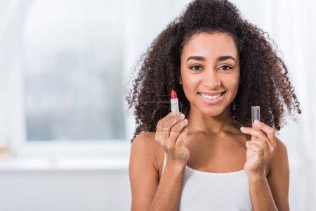Foto de Americana africano mujer joven con pelo rizado con lápiz labial rojo - Imagen libre de derechos