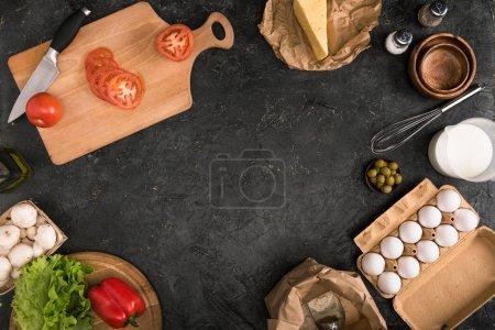 Photo pour Tomates hachées sur planche à découper et ingrédients pizza sur fond gris avec espace de copie - image libre de droit