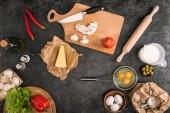 """Постер, картина, фотообои """"вид сверху пицца ингредиентов и приготовления пищи посуда на сером фоне"""""""