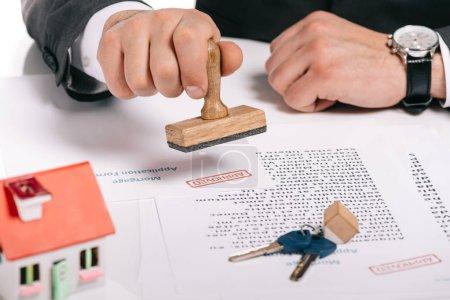 Photo pour Vue recadrée des timbres des courtiers hypothécaires documents isolés sur blanc, concept hypothécaire - image libre de droit