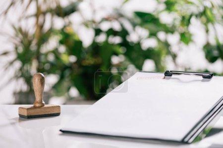 Photo pour Mise au point sélective de timbres et presse-papiers sur bureau blanc, concept hypothécaire - image libre de droit