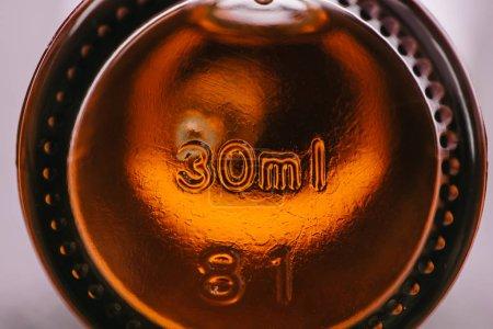 Photo pour Fermer le flacon avec de l'huile de cbd médicinale naturelle et marquer - image libre de droit