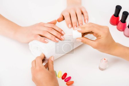 Photo pour Vue recadrée de manucure avec vernis à ongles et ongles palette - image libre de droit