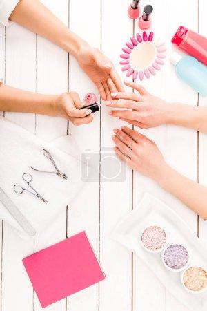 Photo pour Plat poser avec des instruments de manucure et vernis à ongles palette - image libre de droit
