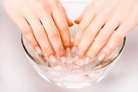 Photo pour Recadrée vue de femme prendre bain de clou dans le bol en verre - image libre de droit