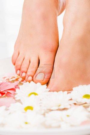 Photo pour Recadrée vue de pieds féminins avec pédicure - image libre de droit