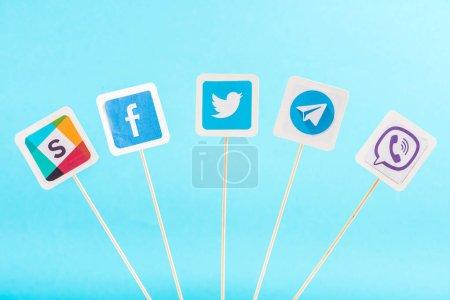 Photo pour Vue d'en haut des icônes des médias sociaux isolés sur bleu - image libre de droit