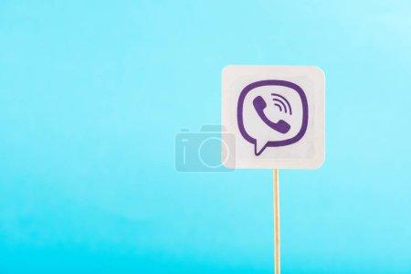 Photo pour Vue de dessus d'icône viber isolé sur bleu avec espace copie - image libre de droit