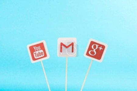 Photo pour Vue de dessus des icônes google plus, gmail et youtube isolées sur bleu - image libre de droit