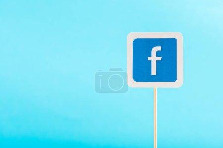 Photo pour Vue du haut de l'icône facebook isolée sur bleu avec espace de copie - image libre de droit