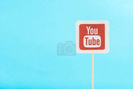 Photo pour Vue du haut de l'icône youtube isolée sur bleu avec espace de copie - image libre de droit