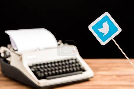Photo pour Foyer sélectif de twitter icône de l'application avec machine à écrire sur fond - image libre de droit