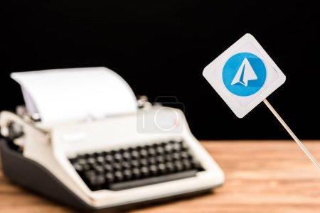 Photo pour Foyer sélectif de l'icône de l'application de télégramme avec machine à écrire sur fond - image libre de droit