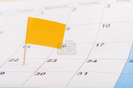 Photo pour Mise au point sélective du drapeau jaune sur numéro 22 dans calendrier - image libre de droit