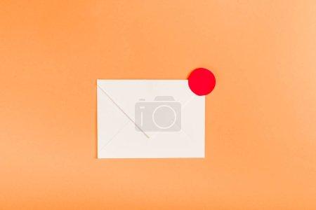 Photo pour Vue du dessus de l'enveloppe en papier avec notification cercle rouge isolé sur orange - image libre de droit