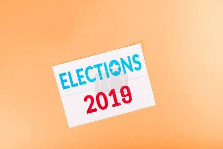 vue du haut de la carte avec lettrage 'elections 2019' isolé sur orange