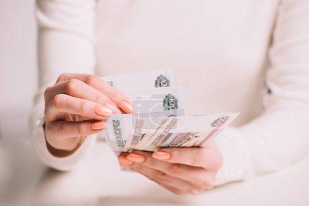 Photo pour Plan recadré de la femme comptant les billets en roubles russes, mise au point sélective - image libre de droit