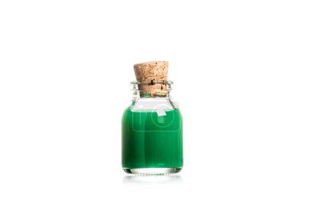 Photo pour Photo de studio de liquide vert en bouteille de verre isolé sur blanc - image libre de droit
