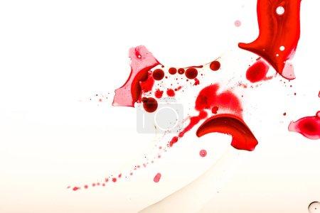 Foto de Estudio de sangre manchas y gotas sobre la superficie blanca - Imagen libre de derechos