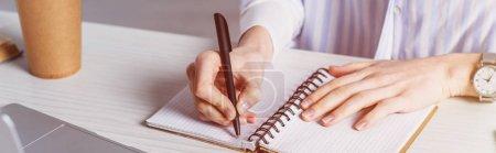 Photo pour Recadrée vue de femme écrivant en ordinateur portable - image libre de droit