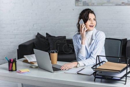 Photo pour Surpris belle femme d'affaires, parler sur smartphone au lieu de travail - image libre de droit