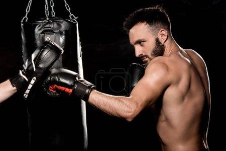 Photo pour Boxer sport de combat avec l'homme dans le poinçonnage gants isolés sur fond noir - image libre de droit