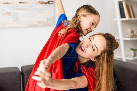Foto de Madre sonriente y lindo niño jugando en casa - Imagen libre de derechos