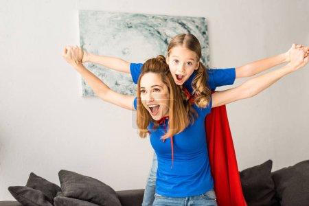 Wesoły matka i Córka, w domu