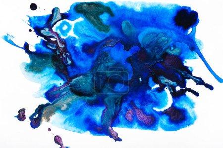 Photo pour Vue de dessus des déversements aquarelles violets et bleus sur papier blanc - image libre de droit
