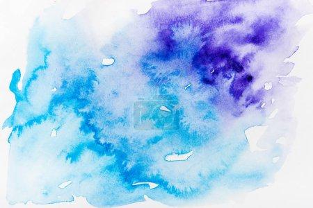 Photo pour Vue de dessus des déversements bleus et mauves sur du papier blanc - image libre de droit