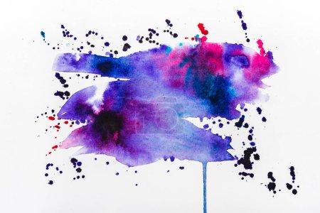 Photo pour Vue de dessus des déversements roses et violets sur papier blanc - image libre de droit