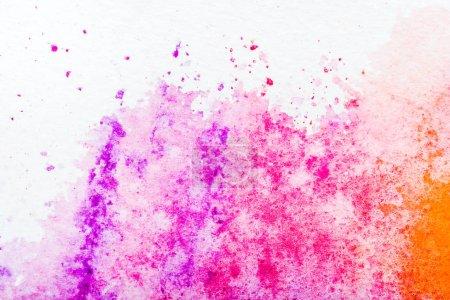 Draufsicht auf rosa Aquarell auf weißem Papier