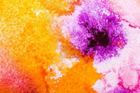 Photo pour Vue de dessus d'orange, les renversements d'aquarelle jaune et rose sur fond blanc - image libre de droit