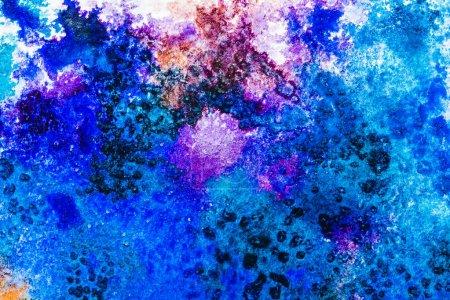 Photo pour Vue de dessus des déversements aquarelles bleus et violets avec espace copie - image libre de droit