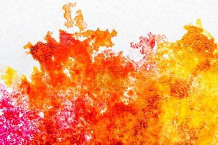 Photo pour Vue de dessus des déversements aquarelles orange et jaunes sur fond blanc - image libre de droit