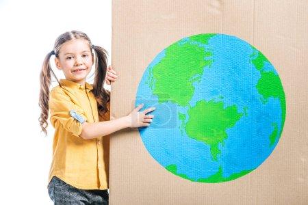 Photo pour Gamin souriant pointant au globe signe sur les affiches en carton isolé sur blanc, notion de jour de la terre - image libre de droit