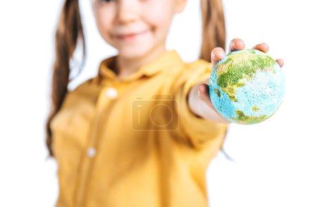Photo pour Mise au point sélective de gamin souriant avec modèle de globe dans la main tendue, isolé sur blanc, notion de jour de la terre - image libre de droit