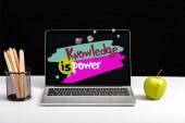 """Постер, картина, фотообои """"свежего зеленого яблока, цветные карандаши и ноутбук на столе с знания это сила надписи на экране, сложенные"""""""