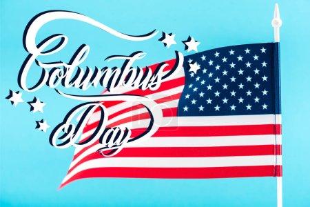 Photo pour Drapeau américain avec inscription Columbus day et étoiles isolées sur bleu - image libre de droit
