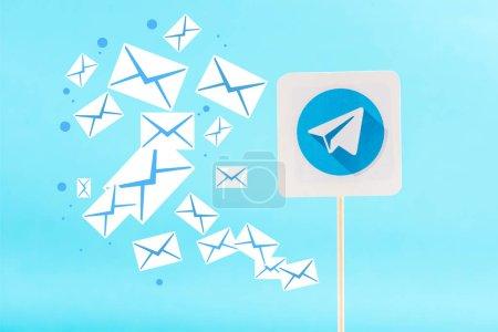 Photo pour Carte avec les icônes de logo et courriel de télégramme isolées sur les blue - image libre de droit