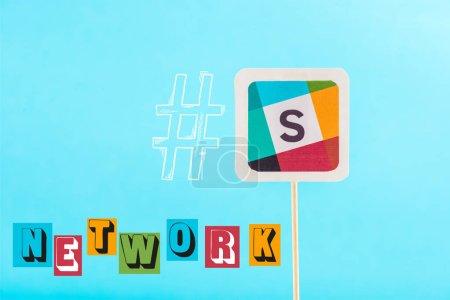 Photo pour Carte avec logo mou, lettrage réseau et hashtag isolé sur bleu - image libre de droit
