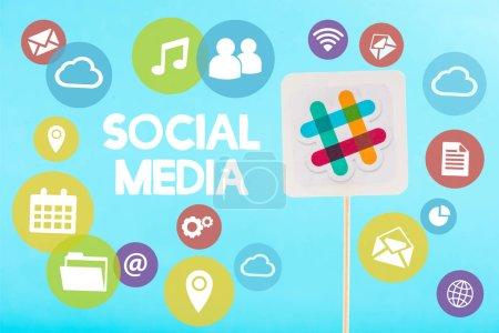Photo pour Carte avec mou logo, lettrage de médias sociaux et icônes multicolores isolés sur bleu - image libre de droit