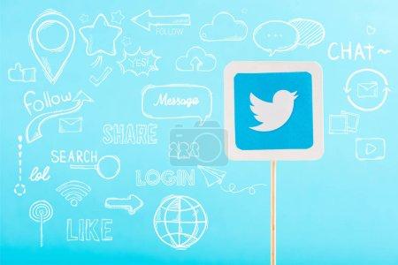 Photo pour Carte avec le logo de twitter et illustration de médias sociaux isolé sur bleu - image libre de droit