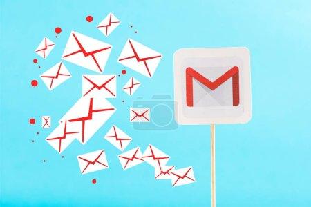 Photo pour Carte avec gmail icônes de logo et courriel isolé sur bleu - image libre de droit