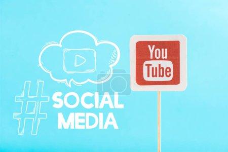 Photo pour Carte avec logo youtube et lettrage sur les médias sociaux isolé sur bleu - image libre de droit