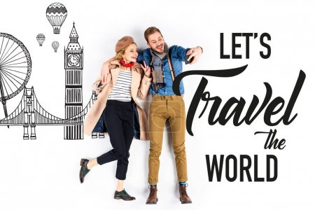 Photo pour Couple élégant prenant selfie sur fond blanc avec illustration d'architecture et permet de voyager le monde lettrage - image libre de droit