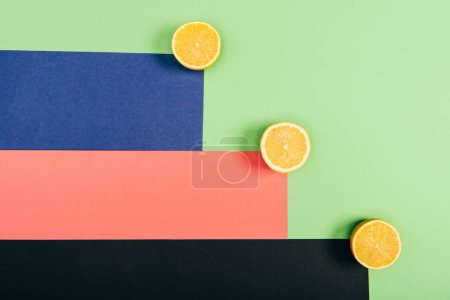 Foto de Top view of juicy, fresh and yellow cut lemons on multicolored background - Imagen libre de derechos